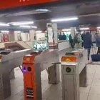 Milano, gli accessi contingentati in metropolitana servono a poco