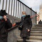 In Lombardia da domani in giro solo con protezione al volto: mascherine, foulard o sciarpe. Consiglio Sanità: «Mai data questa indicazione»