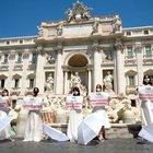 """Fontana di Trevi: la protesta delle """"spose mancate"""" per il Coronavirus"""