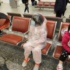 Malpensa, al gate con il bambino dentro il sacco di plastica anti coronavirus FOTO