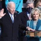 Biden, il giuramento in diretta. Trump e Melania lasciano la Casa Bianca mano nella mano