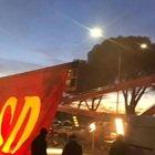 Derby, due gru sollevano lo striscione a Trigoria: ecco la coreografia dei tifosi della Roma