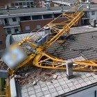 Maltempo Lombardia, a Rozzano crolla una gru su un palazzo: evacuate 24 famiglie