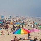 Coronavirus in California, le spiagge restano aperte: tutto esaurito, i bagnini controllano le distanze