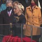 Lady Gaga canta l'inno americano usando un microfono color oro