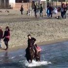 Chiusure e bel tempo, i romani in gita fuori porta al mare: sold-out il Lido di Ostia