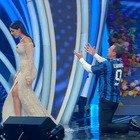 Georgina Rodriguez incanta l'Ariston con l'abito in paillettes. Poi la gag di Amadeus con la maglia dell'Inter