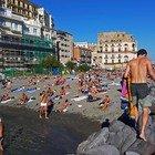 Coronavirus a Napoli, folla in spiaggia a Posillipo (Newfotosud, Renato Esposito)