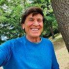 Gianni Morandi, la foto all'aperto senza mascherina fa infuriare i follower: «Senza parole». Lui reagisce così