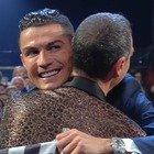 Sanremo 2020, Cristiano Ronaldo e lo scambio di regali con Amadeus. I fan notano un dettaglio: «Non è possibile»
