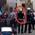 Coronavirus, a Barletta folla in strada per la processione della Madonna. E la vigilessa filma l'evento con il cellulare