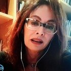 Elena Sofia Ricci scoppia in lacrime a Vieni da me: «È morto troppo presto...». Caterina Balivo commossa