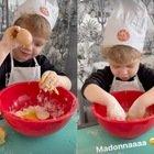 """Chiara Ferragni, Leone prepara i biscotti fatti in casa. Poi gli scappa """"un'imprecazione"""". Fedez reagisce così"""