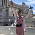 """Armine Harutyunyan, la modella di Gucci fa il """"saluto romano"""". Il web la difende: «Era ave Cesare»"""