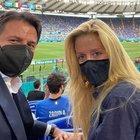 Italia-Galles, selfie di Conte all'Olimpico con la compagna Olivia: «Forza azzurri, avanti così»
