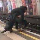 Gb, scazzottata tra ubriachi sulla banchina della metropolitana: un uomo finisce sui binari, salvato in extremis
