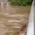 Germania, fiume in piena: roulotte trascinata contro un ponte