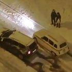 L'auto del 1960 umilia sulla neve quella del 2010 e il video diventa virale