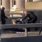 Accoltella passanti sul London Bridge: due morti, ucciso l'attentatore. Scotland Yard: «È terrorismo». BBC: «Legato a gruppi terroristici di matrice islamica»