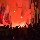 Roma, festa degli ultrà in Centro: assembramenti, cori e bombe carta fino a mezzanotte