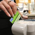 """Il governo lancia il """"super cashback"""": premio di tremila euro a chi farà più operazioni con la carta di credito"""