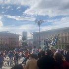 Scudetto Inter, migliaia di tifosi in Duomo: c'è chi sale sopra la statua