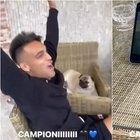 Scudetto Inter, Lautaro Martinez esulta davanti al... tablet