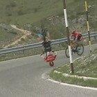 Giro d'Italia, la bici si impunta in discesa: il pauroso salto mortale di Mohoric