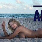 Anna Falchi nuda in spiaggia per gli auguri di buon anno: «A voi che mi seguite...»