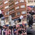Follia in strada a Bilbao, il tifoso si lancia da un semaforo: ricoverato con un polmone perforato