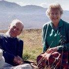 Filippo, la regina Elisabetta posta una tenera foto insieme prima del funerale. I fan notano un dettaglio: «Com'è possibile?»