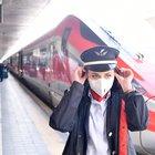 """Trenitalia, """"safety kit"""" gratuito per i viaggiatori: guanti, mascherina, gel disinfettante e poggiatesta"""