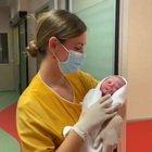 Roma, Aurora è la prima bimba nata nel 2021