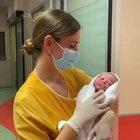 A Roma la prima bambina nata nel 2021: si chiama Aurora, venuta al mondo alle 00.01