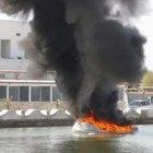 Porto Cesareo, gommone dei turisti esplode in mare: il pilota avvolto dalle fiamme FOTO