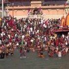 India, migliaia di persone per il bagno sacro nel Gange