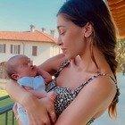 Belen, la tenera foto con il bebè. Ma un particolare preoccupa i fan: «Si vede molto...»