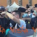"""""""No mask"""" a piazza San Giovanni, manifestante portato via dalla Polizia"""