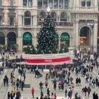 Milano, folla in centro per l'ultimo sabato di shopping prima di Natale