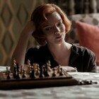 """""""La regina degli scacchi"""": orfana, alcolizzata, geniale. Perché Beth sta conquistando tutti (su Netflix)"""