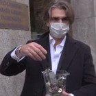 La protesta dei ristoratori milanesi, chiavi dei locali e cibo scaduto al prefetto: «Stiamo morendo»