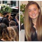 Camilla Canepa, commozione ai funerali: i compagni di classe lanciano in aria palloncini bianchi