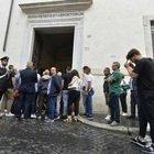 Carabiniere ucciso, folla alla camera ardente: affetto per la moglie (foto Daniele Leone/Ag.Toiati)
