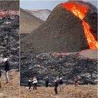 Giocano a pallavolo a pochi passi dal vulcano in eruzione