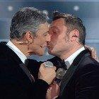 Sanremo 2020, Fiorello duetta con Tiziano Ferro. Poi scatta il bacio in bocca: «Adesso devo divorziare»