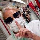 Heather Parisi in metropolitana e con la mascherina anti covid: «Preparatevi: si torna dove eravamo, lo avevano promesso»