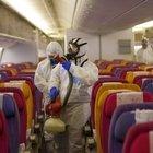Coronavirus, in aereo con la mascherina ma vicini: niente posti vuoti, la Ue accontenta le compagnie