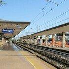 Attraversa i binari della stazione con la bicicletta a mano, travolto dal treno