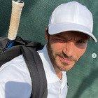 Stefano De Martino e la partita a tennis. Ma un dettaglio fa infuriare i fan: «Com'è possibile?»
