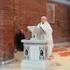 Interrotto dai carabinieri mentre celebra la messa, il parroco a Chi l'ha Visto: «Non pago la multa, è abuso di potere»